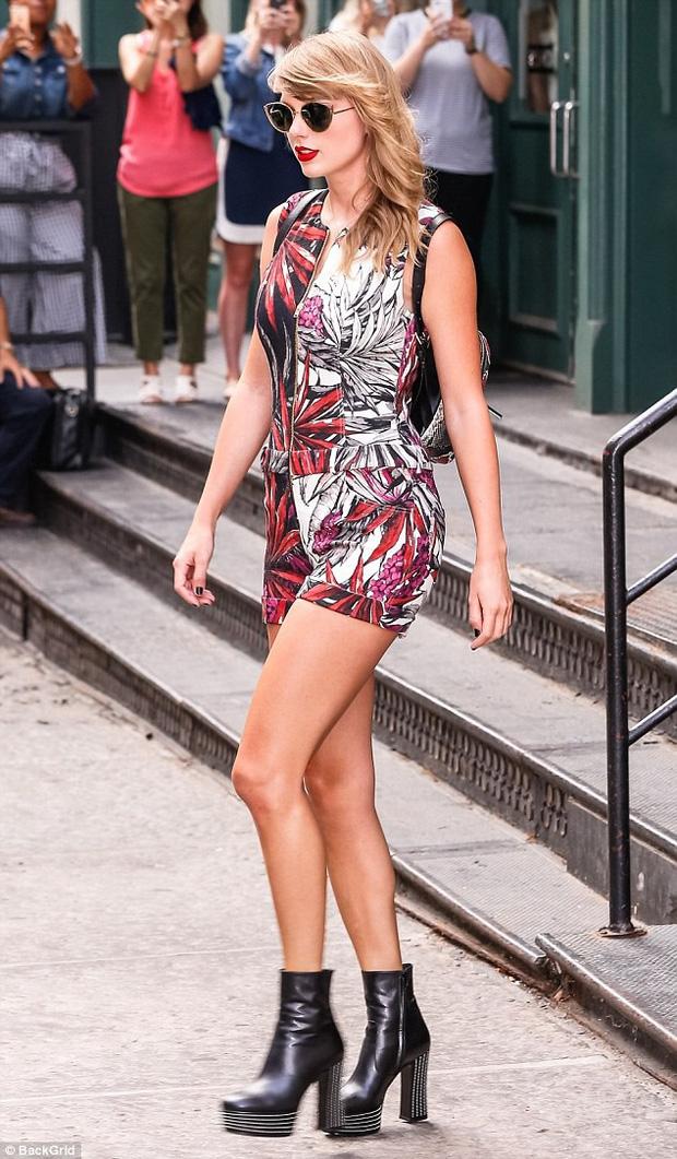 Thâm như Taylor Swift: Đeo ba lô da rắn ra phố đúng ngày kỷ niệm 2 năm bị Kim Kardashian gọi là rắn - Ảnh 6.