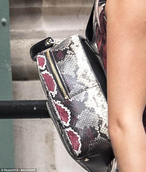 Thâm như Taylor Swift: Đeo ba lô da rắn ra phố đúng ngày kỷ niệm 2 năm bị Kim Kardashian gọi là rắn - Ảnh 3.