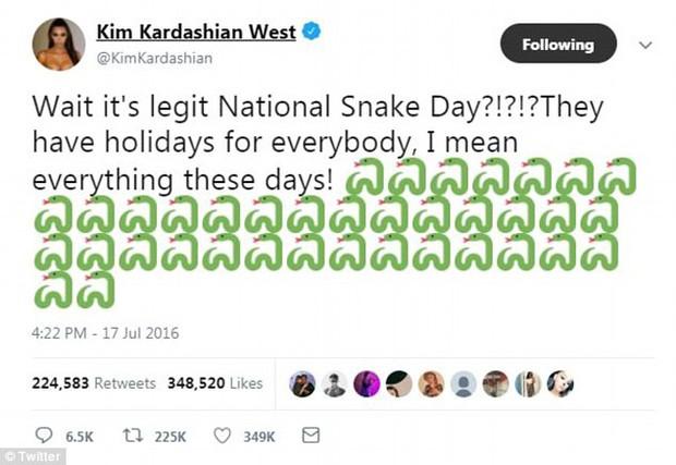 Thâm như Taylor Swift: Đeo ba lô da rắn ra phố đúng ngày kỷ niệm 2 năm bị Kim Kardashian gọi là rắn - Ảnh 1.