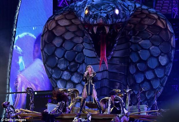 Thâm như Taylor Swift: Đeo ba lô da rắn ra phố đúng ngày kỷ niệm 2 năm bị Kim Kardashian gọi là rắn - Ảnh 7.