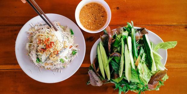 Món gỏi cá được truyền tai nhất định phải ăn khi đến Phú Quốc này thật sự có gì? - Ảnh 1.