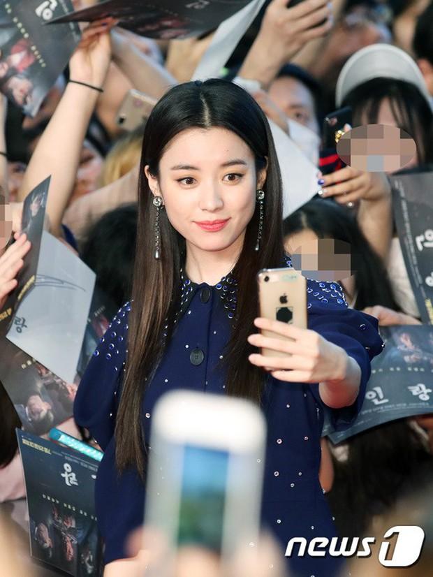 Thảm đỏ hội tụ toàn siêu sao: Thánh sống và Han Hyo Joo lần đầu lộ diện sau tin hẹn hò, Minho đọ với dàn tài tử - Ảnh 8.