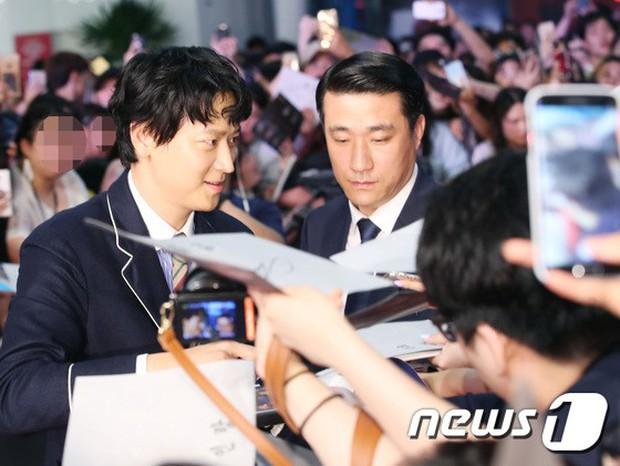 Thảm đỏ hội tụ toàn siêu sao: Thánh sống và Han Hyo Joo lần đầu lộ diện sau tin hẹn hò, Minho đọ với dàn tài tử - Ảnh 2.