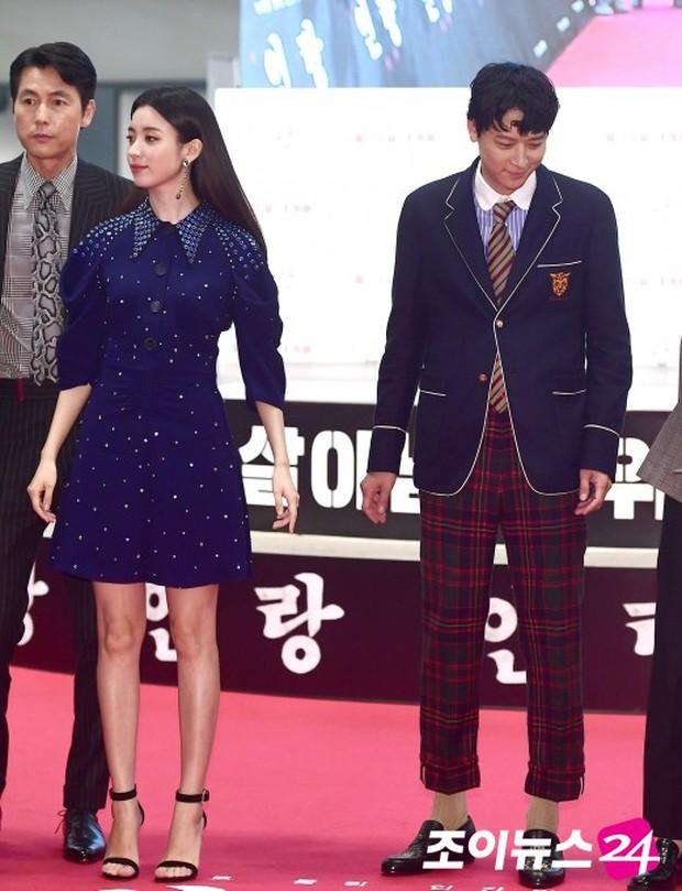 Sau tin đồn hẹn hò, thánh sống Kang Dong Won và Han Hyo Joo có biểu hiện gây sốt trong lần đầu lộ diện - Ảnh 2.