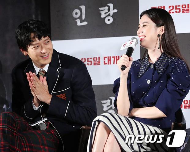 Sau tin đồn hẹn hò, thánh sống Kang Dong Won và Han Hyo Joo có biểu hiện gây sốt trong lần đầu lộ diện - Ảnh 7.