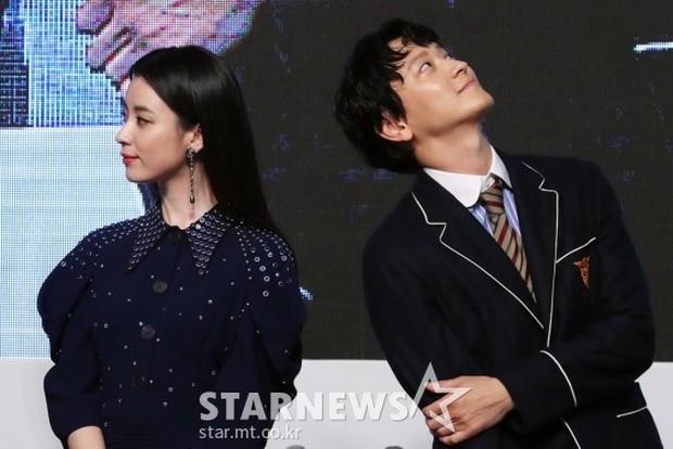 Sau tin đồn hẹn hò, thánh sống Kang Dong Won và Han Hyo Joo có biểu hiện gây sốt trong lần đầu lộ diện - Ảnh 10.