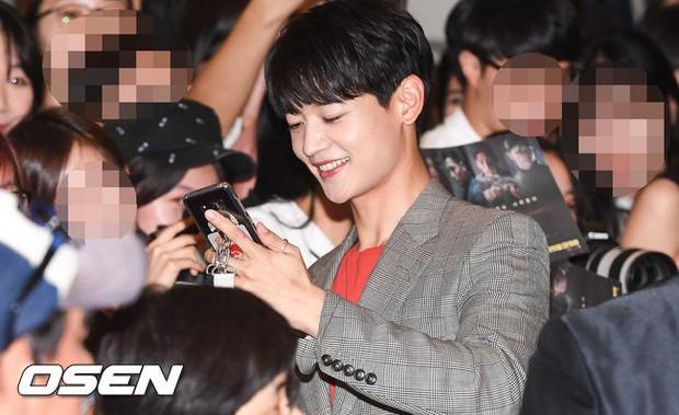Thảm đỏ hội tụ toàn siêu sao: Thánh sống và Han Hyo Joo lần đầu lộ diện sau tin hẹn hò, Minho đọ với dàn tài tử - Ảnh 24.