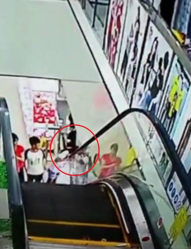 Tai nạn hy hữu: Bé gái bị kẹt đầu vào thang cuốn vì một giây bất cẩn - Ảnh 2.