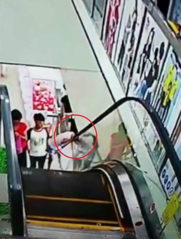 Tai nạn hy hữu: Bé gái bị kẹt đầu vào thang cuốn vì một giây bất cẩn - Ảnh 3.