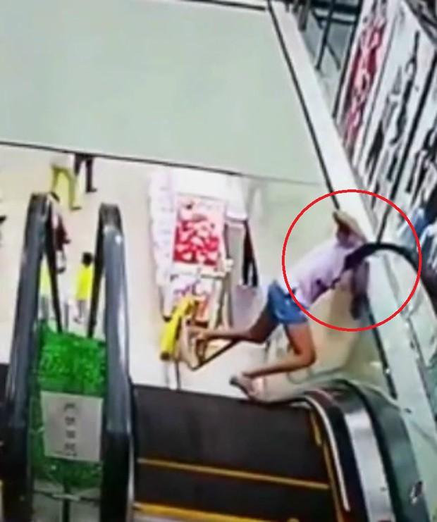 Tai nạn hy hữu: Bé gái bị kẹt đầu vào thang cuốn vì một giây bất cẩn - Ảnh 4.