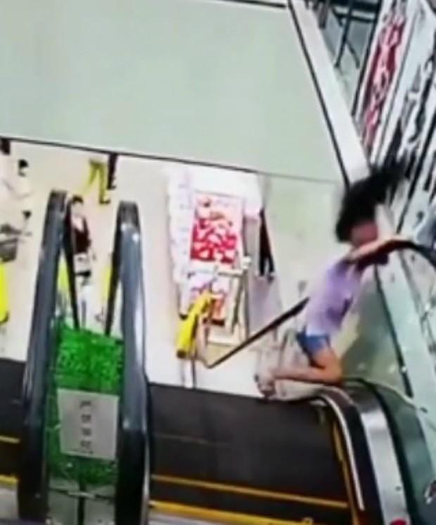 Tai nạn hy hữu: Bé gái bị kẹt đầu vào thang cuốn vì một giây bất cẩn - Ảnh 5.