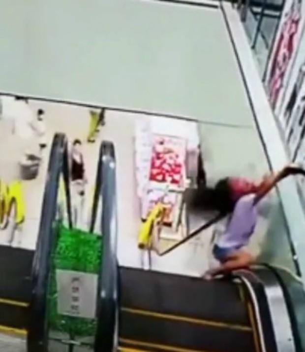 Tai nạn hy hữu: Bé gái bị kẹt đầu vào thang cuốn vì một giây bất cẩn - Ảnh 6.