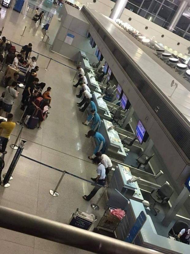 Hình ảnh nhân viên sân bay Tân Sơn Nhất cúi gập mình trước hành khách khiến cộng đồng mạng tò mò xen lẫn thích thú - Ảnh 2.