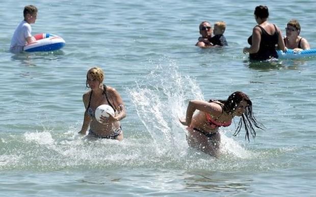 Nắng nóng kéo dài, Anh cấm dùng vòi phun để tiết kiệm nước - Ảnh 1.