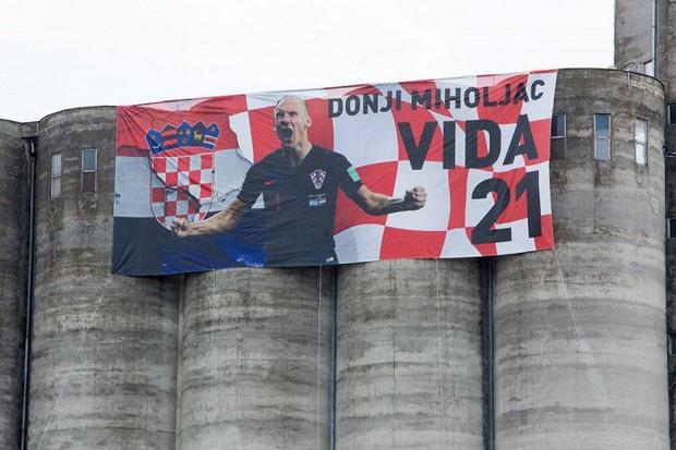 Trung vệ Croatia được rước bằng xe ngựa khi về quê - Ảnh 2.