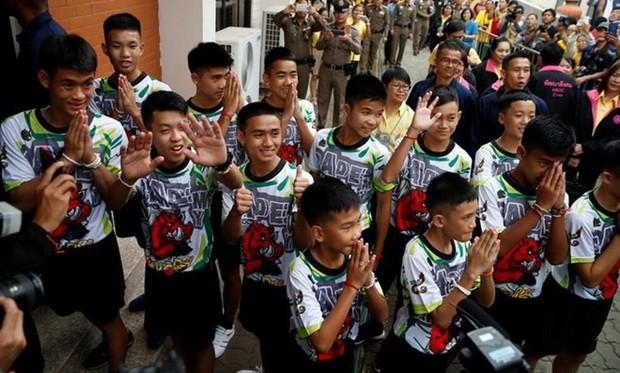Thành viên đội bóng thiếu niên Thái Lan xuất hiện trước công chúng - Ảnh 1.