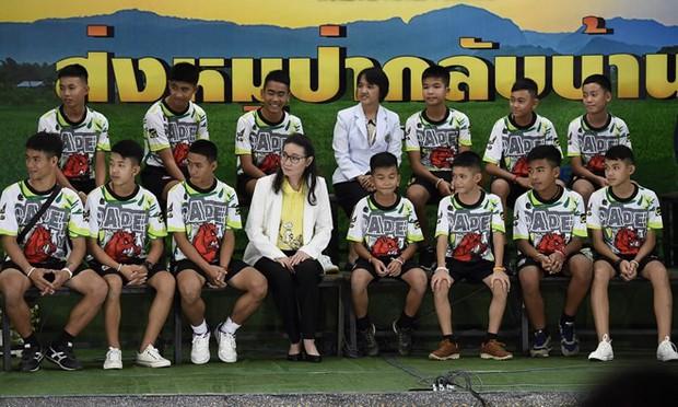 Thành viên đội bóng thiếu niên Thái Lan xuất hiện trước công chúng - Ảnh 2.