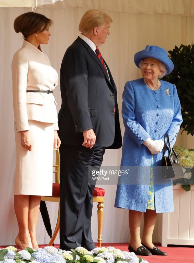 Đón tiếp Tổng thống Donald Trump, Nữ hoàng Anh đã chọn những món trang sức cài áo có ý nghĩa vô cùng đặc biệt - Ảnh 2.