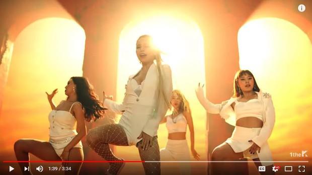 Vừa mang giày cao gót quyến rũ, 1s sau MAMAMOO bị fan phát hiện mang... dép lê nhảy trong MV mới - Ảnh 2.