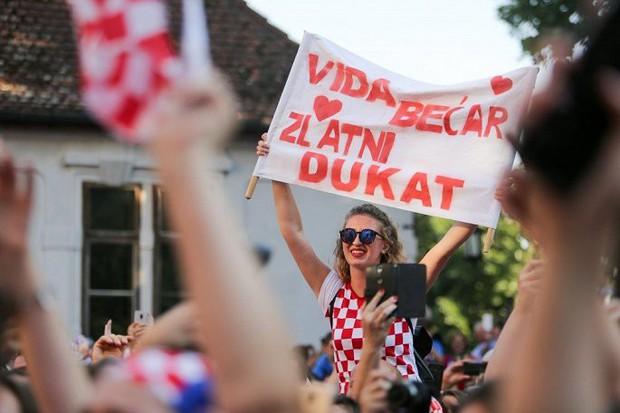 Trung vệ Croatia được rước bằng xe ngựa khi về quê - Ảnh 12.
