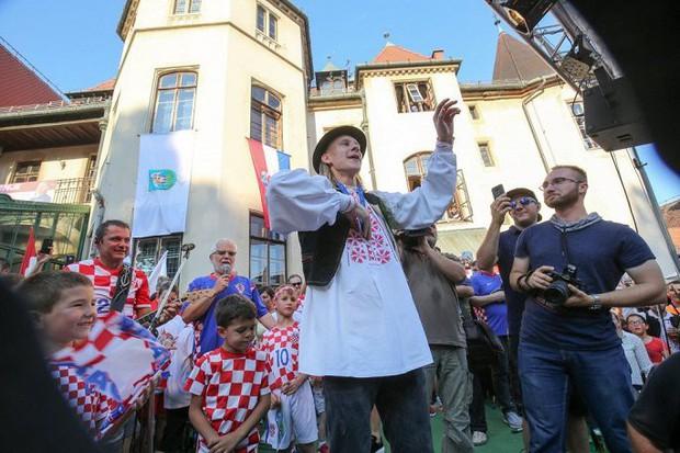 Trung vệ Croatia được rước bằng xe ngựa khi về quê - Ảnh 13.