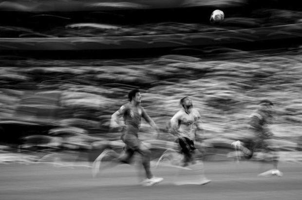 Messi, Ronaldo, Neymar, Mbappe, Pogba trong ảnh đen trắng khó quên ở World Cup - Ảnh 14.
