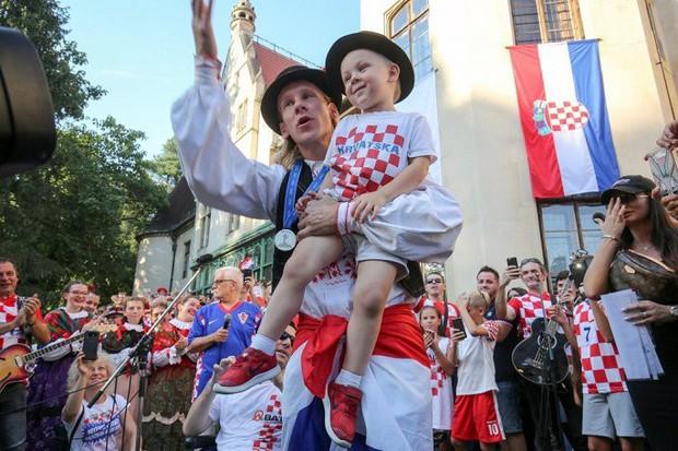 Trung vệ Croatia được rước bằng xe ngựa khi về quê - Ảnh 15.
