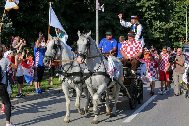 Trung vệ Croatia được rước bằng xe ngựa khi về quê - Ảnh 3.
