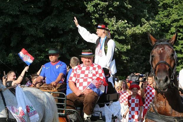 Trung vệ Croatia được rước bằng xe ngựa khi về quê - Ảnh 4.