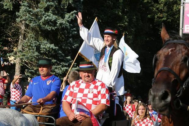 Trung vệ Croatia được rước bằng xe ngựa khi về quê - Ảnh 5.