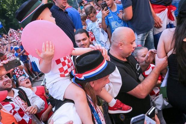 Trung vệ Croatia được rước bằng xe ngựa khi về quê - Ảnh 6.
