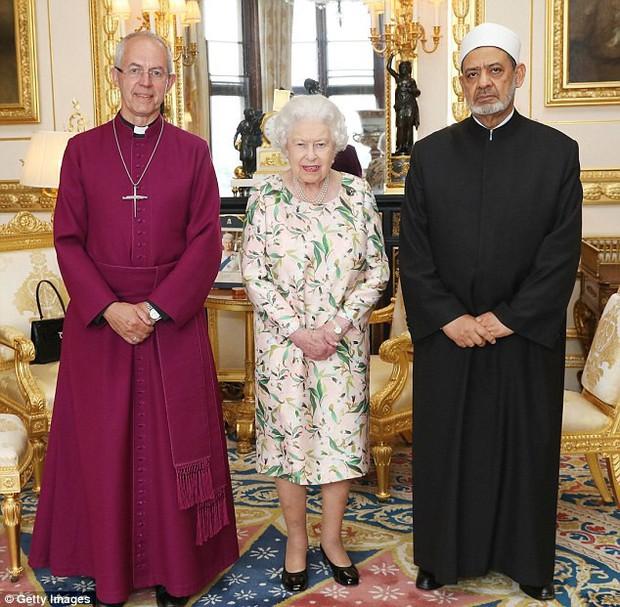 Đón tiếp Tổng thống Donald Trump, Nữ hoàng Anh đã chọn những món trang sức cài áo có ý nghĩa vô cùng đặc biệt - Ảnh 5.