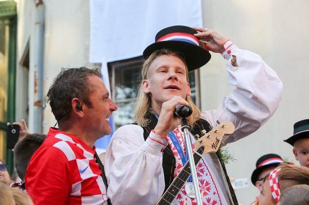 Trung vệ Croatia được rước bằng xe ngựa khi về quê - Ảnh 7.