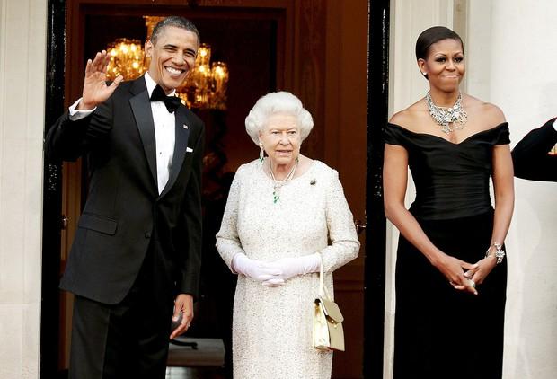 Đón tiếp Tổng thống Donald Trump, Nữ hoàng Anh đã chọn những món trang sức cài áo có ý nghĩa vô cùng đặc biệt - Ảnh 7.