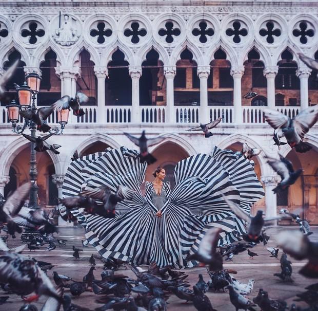 20 khoảnh khắc đầm dạ hội hòa quyện vào bối cảnh xung quanh để tạo nên tác phẩm nghệ thuật - Ảnh 10.