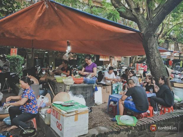Khu tập thể chứa đựng cả một bầu trời tuổi thơ đồ ăn giữa lòng Hà Nội, cứ chiều chiều là đông tấp nập - Ảnh 6.