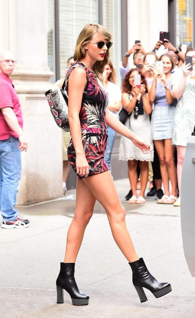 Ngắm street style mới nhất của Taylor Swift sẽ thấy: dù ăn mặc đơn giản, con gái chỉ cần tô son đỏ là sẽ khí chất tuyệt đối - Ảnh 2.