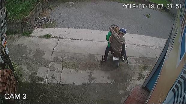 Hà Nội: Cư dân mạng truy tìm thanh niên mặc áo GrabBike chở bạn đi trộm chó nhiều lần - Ảnh 3.