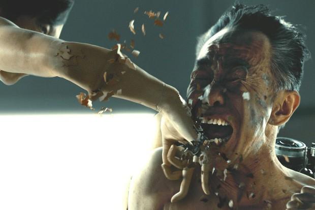 Sắm vai ác, trai đẹp Sato Takeru bùng nổ diễn xuất, lấn lướt Bác Già Siêu Nhân trong live-action Inuyashiki - Ảnh 6.