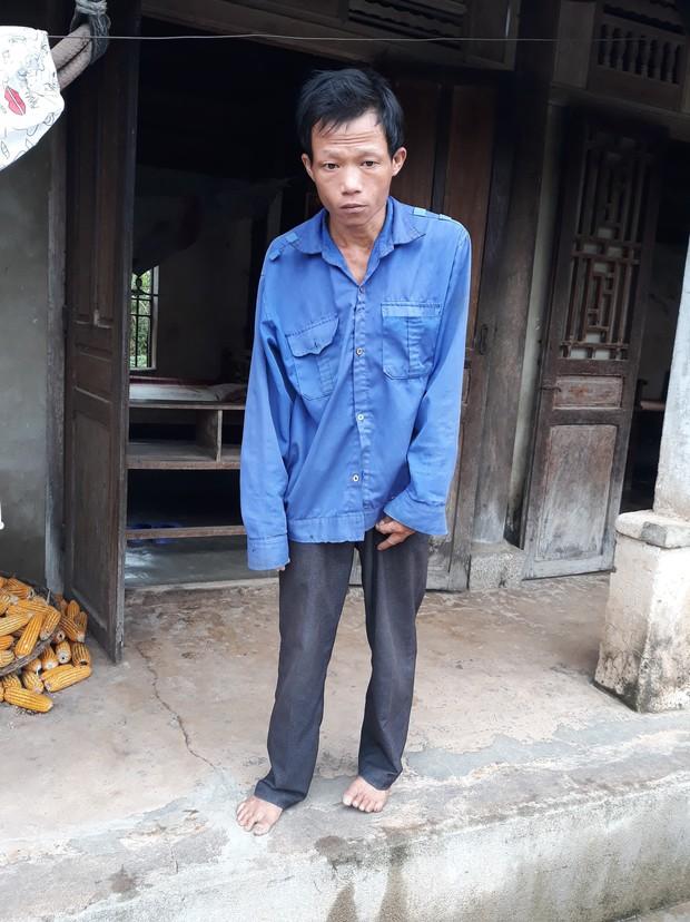 Cha tàn tật đội mưa bán tăm dạo, gom từng đồng chữa bệnh cho con trai bị tim bẩm sinh và teo phổi - Ảnh 1.