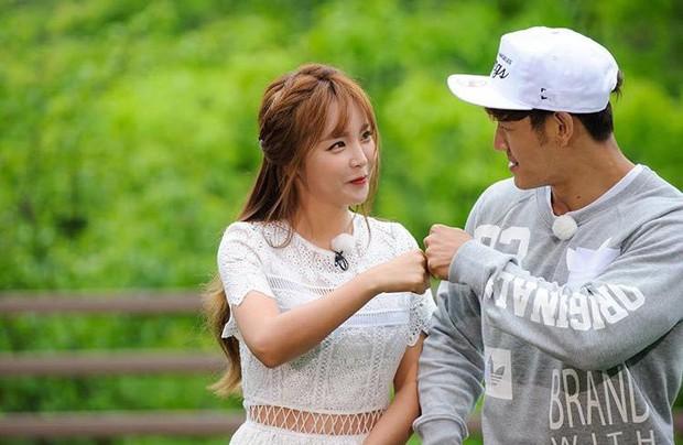 Liên tục thể hiện tình ý, Kim Jong Kook cuối cùng tiết lộ thực hư mối quan hệ ngoài đời với Hong Jin Young - Ảnh 1.