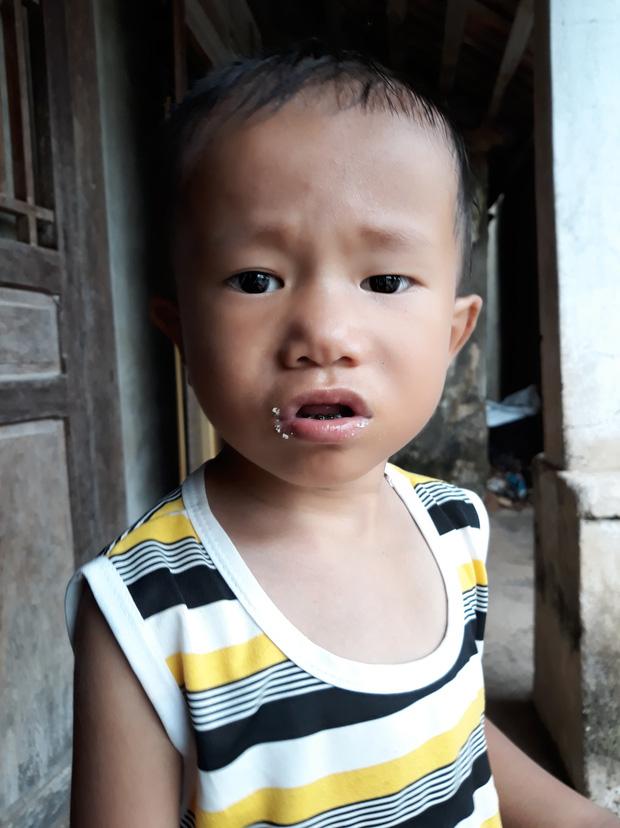 Cha tàn tật đội mưa bán tăm dạo, gom từng đồng chữa bệnh cho con trai bị tim bẩm sinh và teo phổi - Ảnh 4.