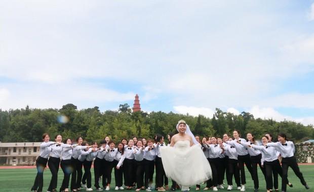 Khi bạn là nam nhân duy nhất trong lớp thì ngày tốt nghiệp bạn sẽ biến thành cô dâu như thế này đây - Ảnh 6.