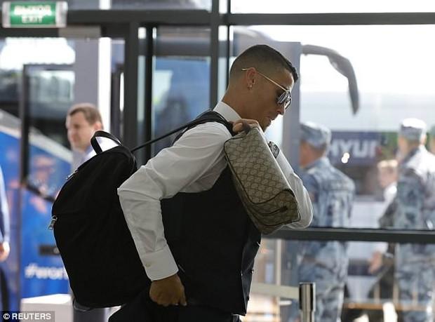 Ronaldo lịch lãm và tươi cười ngày xách vali về nước - Ảnh 5.