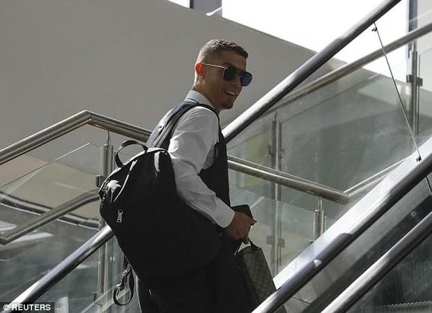 Ronaldo lịch lãm và tươi cười ngày xách vali về nước - Ảnh 1.