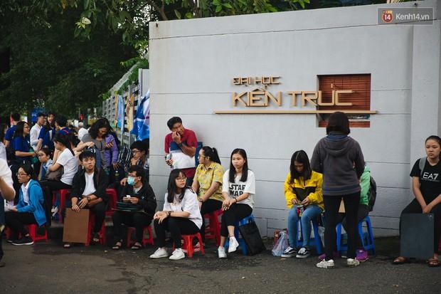 Chuyện lạ trước cổng trường thi vào ĐH Kiến trúc TP HCM: Sinh viên phải thuê ghế để ngồi thi, 40k/cặp, đặt cọc 60k - Ảnh 6.