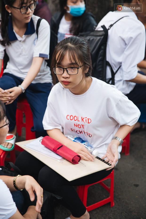 Chuyện lạ trước cổng trường thi vào ĐH Kiến trúc TP HCM: Sinh viên phải thuê ghế để ngồi thi, 40k/cặp, đặt cọc 60k - Ảnh 10.