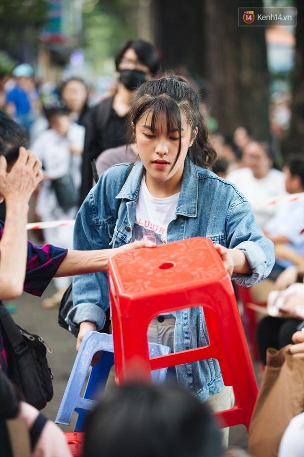 Chuyện lạ trước cổng trường thi vào ĐH Kiến trúc TP HCM: Sinh viên phải thuê ghế để ngồi thi, 40k/cặp, đặt cọc 60k - Ảnh 12.