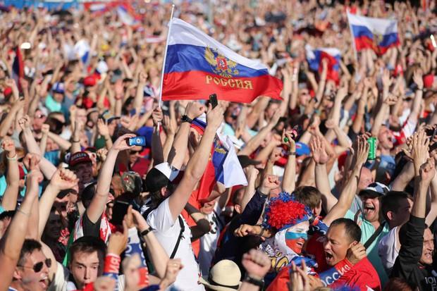 Binh sĩ Nga diễu hành dưới mưa, chân vẫn không quên đá bóng trong mùa World Cup - Ảnh 4.