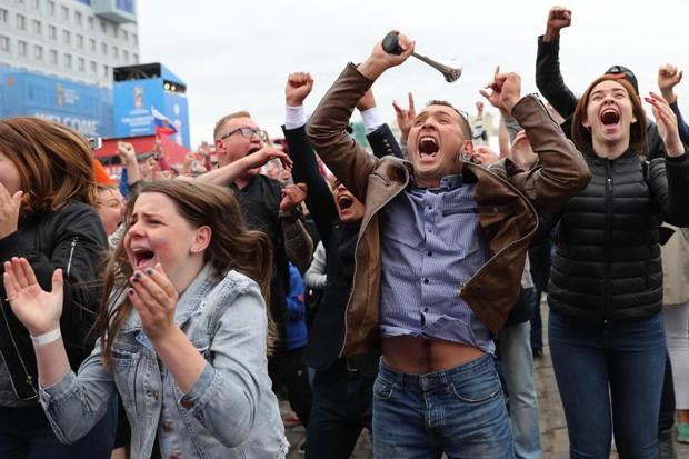 Binh sĩ Nga diễu hành dưới mưa, chân vẫn không quên đá bóng trong mùa World Cup - Ảnh 5.